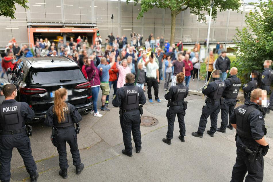 Wütende Bürger in Freiberg! Bei den Protesten Mitte August rund um das Bürgerforum im Konzert- und Ballhaus Tivoli wurde eine Polizistin verletzt.