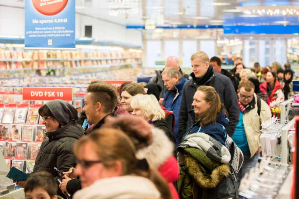 Wofür stehen hier Hunderte Menschen in Erfurt Schlange?