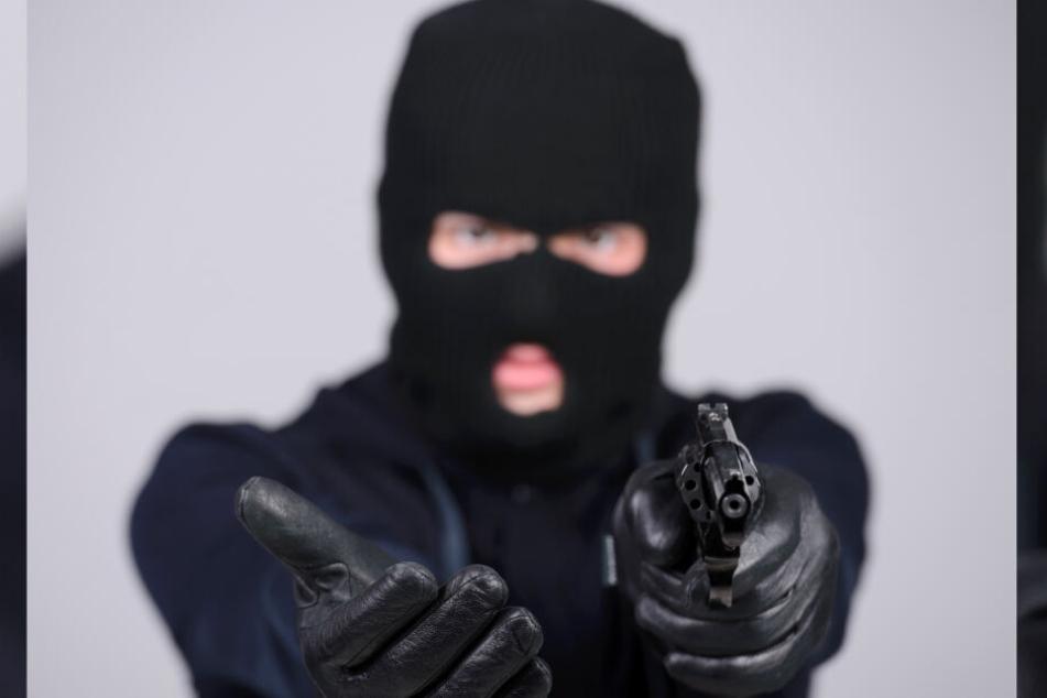 Unter Vorhalten einer Schusswaffe wollten sie den jungen Mann ausrauben! (Symbolbild)