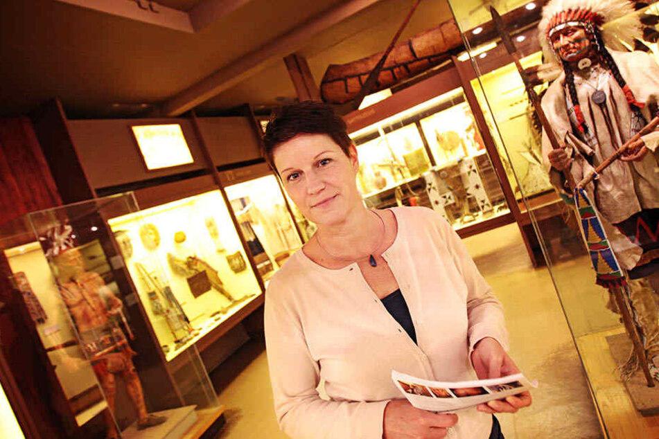 Museumsdirektorin Claudia Kaulfuß zeigt die sanierungsbedürftigen  Indianerfiguren.