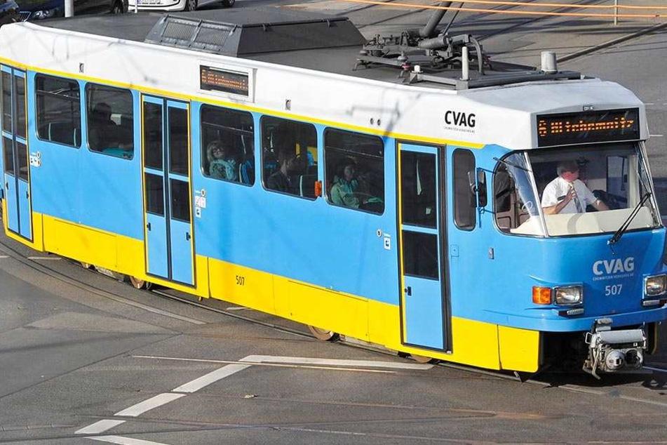 Einsam zieht dieser Tatra-Triebwagen der CVAG im Solo-Betrieb auf der Linie 6 seine  Runden.