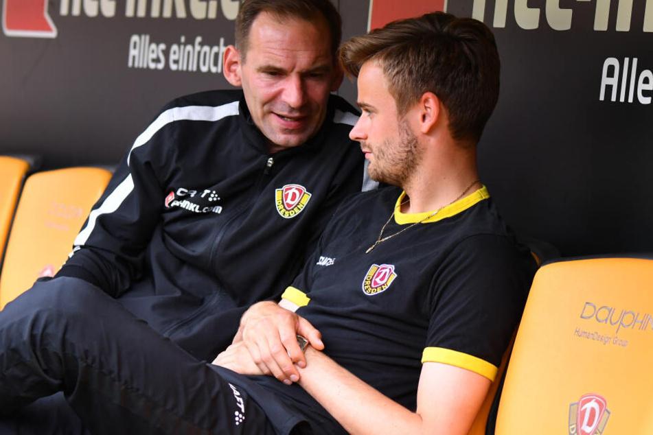 Lucas Röser (rechts) im Gespräch mit Dynamos Teampsychologe Sascha Lense.