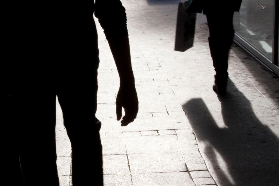 Der Angreifer verfolgte die Frau auf ihrem Heimweg. (Symbolbild)