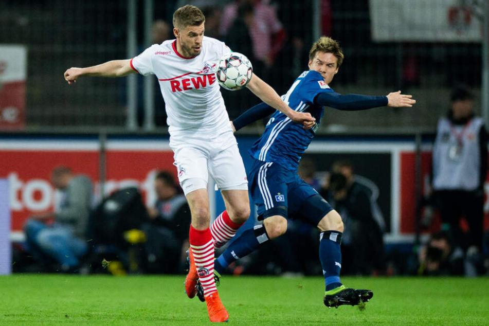 Kölns Terodde im Zweikampf mit dem Hamburger Sakai.