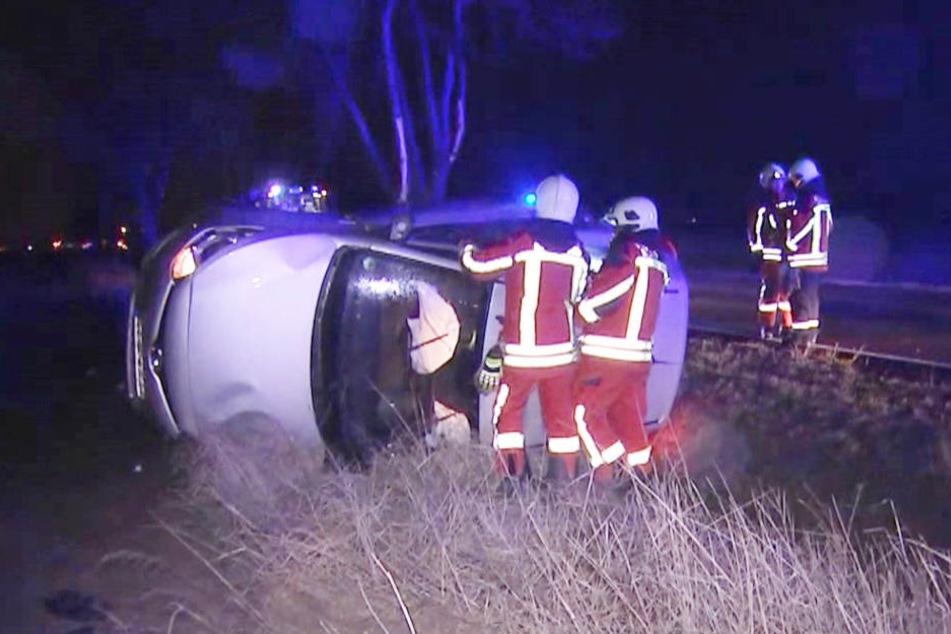 Der Hyundai prallte gegen einen Baum, kippte um und blieb auf der Fahrerseite liegen.