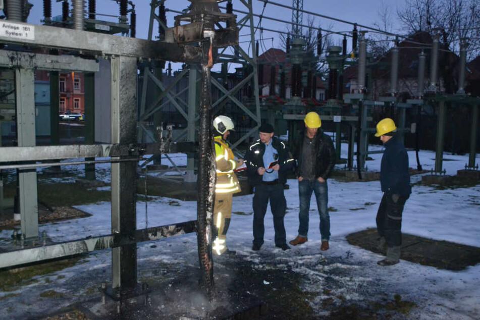 Im Umspannwerk Tolkewitz suchen die Experten der DREWAG nach der Ursache für den Stromausfall.