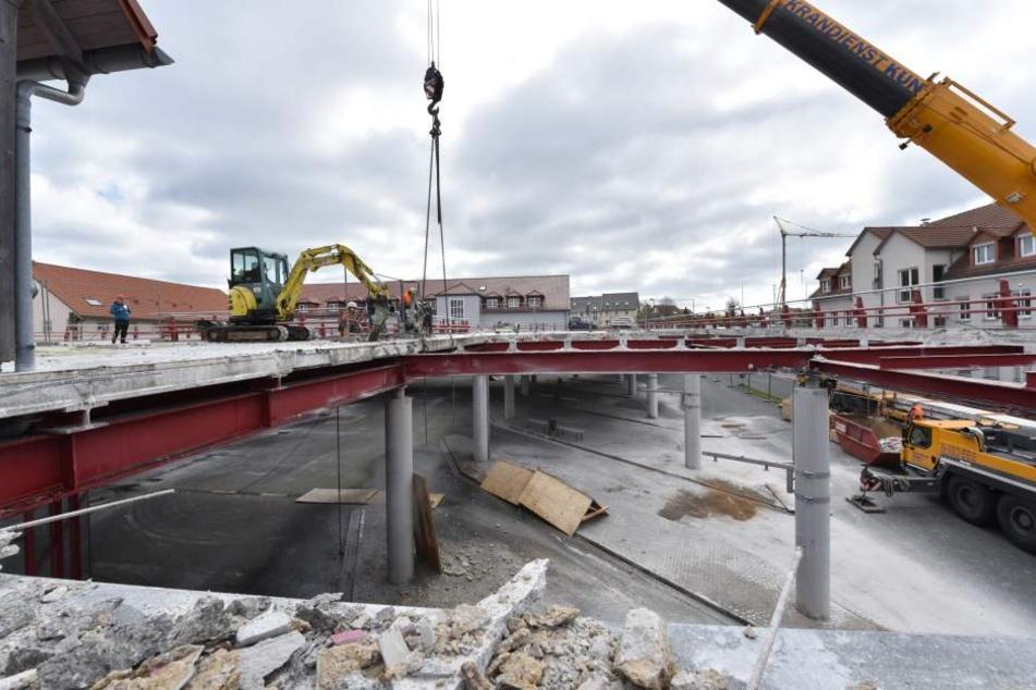 Im Frühjahr 2016 mussten über 240 Betonplatten vom Parkdeck abmontiert  werden.