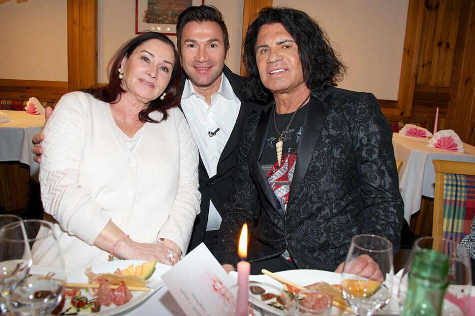 Lucas Cordalis (Mi.) und seine Eltern Ingrid und Costa Cordalis sind nach der Taufe von Sophia Cordalis, der gemeinsamen Tochter von Lucas und Daniela Katzenberger, in Kärnten (Österreich) auf der Feier.