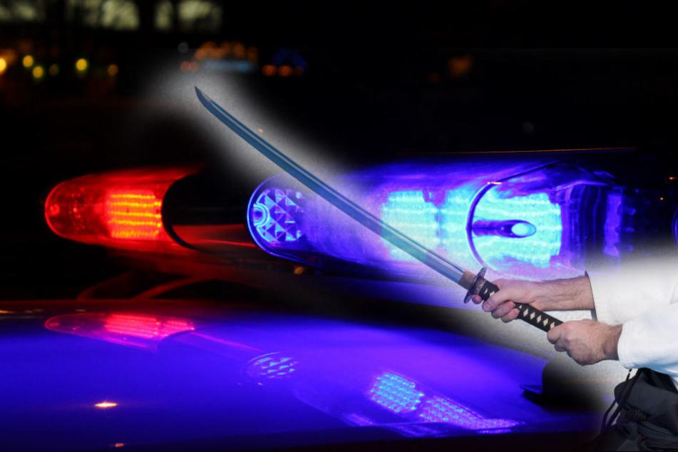 Mit einem Samuraischwert! Mann geht auf seine Bekannten los