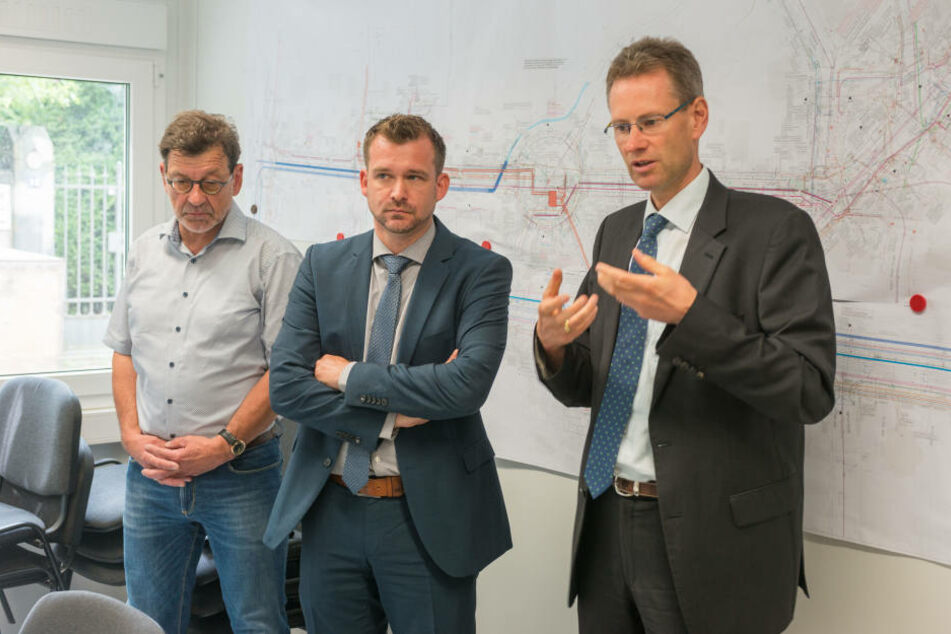 v.li.: Bauleiter Reinhard Koettnitz (62), der Beigeordnete Raoul Schmidt Lamontain (40) und Andreas Hemmersbach (48), Chef der DVB.