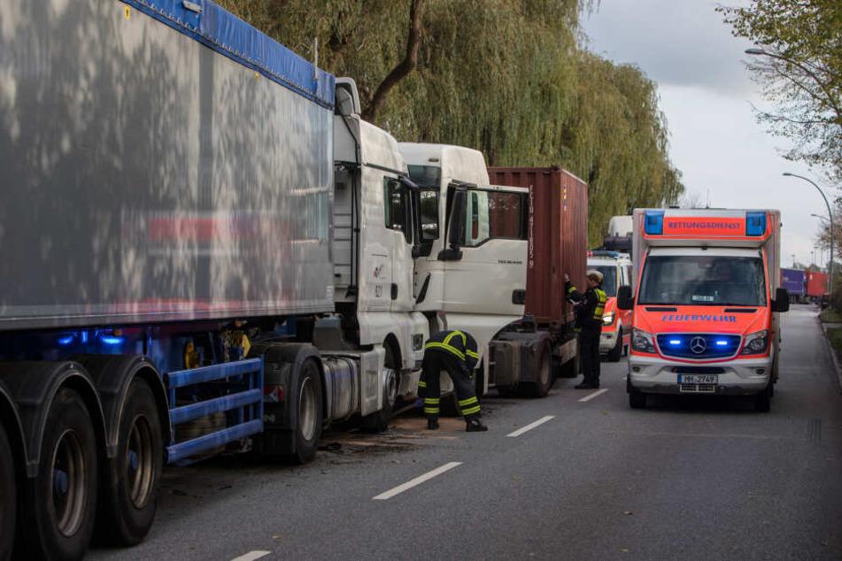 Die Lastwagen krachten frontal zusammen.