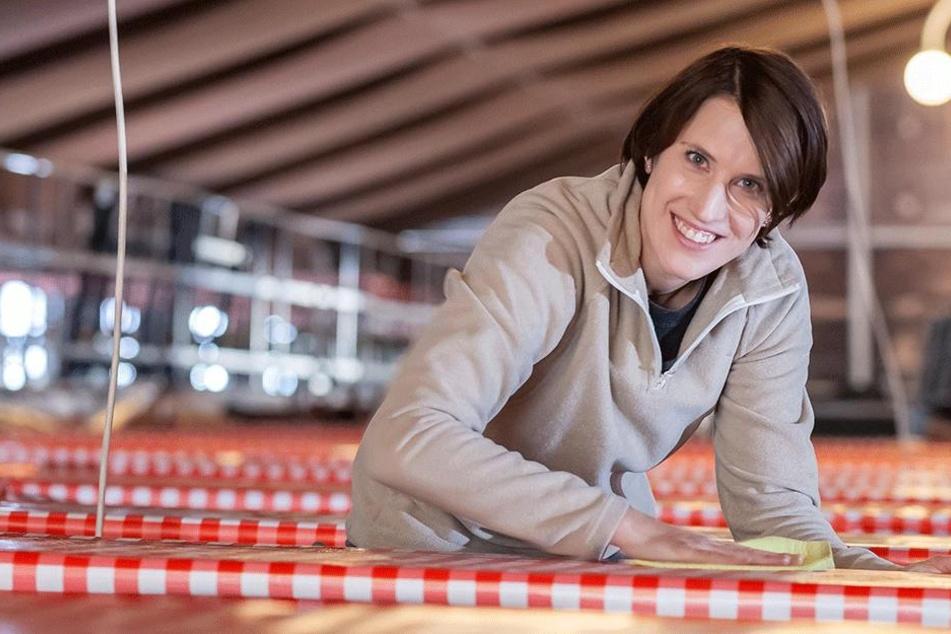 Es wird gemütlicher: Mit Tischdecken und großen Leuchten soll mehr Ambiente  ins Wooosn-Zelt kommen: Susann Lindner (33) macht die letzten Handgriffe.