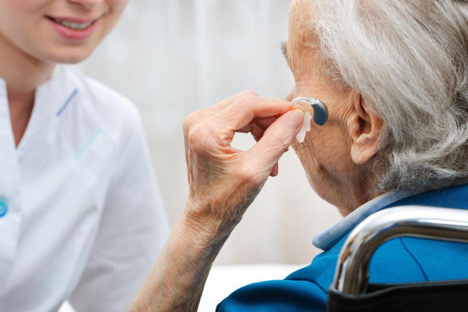 Weil sie ihr Hörgerät vergessen hatte, dachten die Nachbarn einer Rentnerin sie sei tot. (Symbolbild)