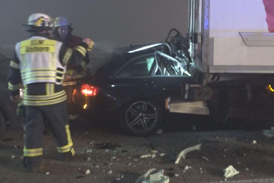 Ein Auto krachte unter einen Lastwagen.