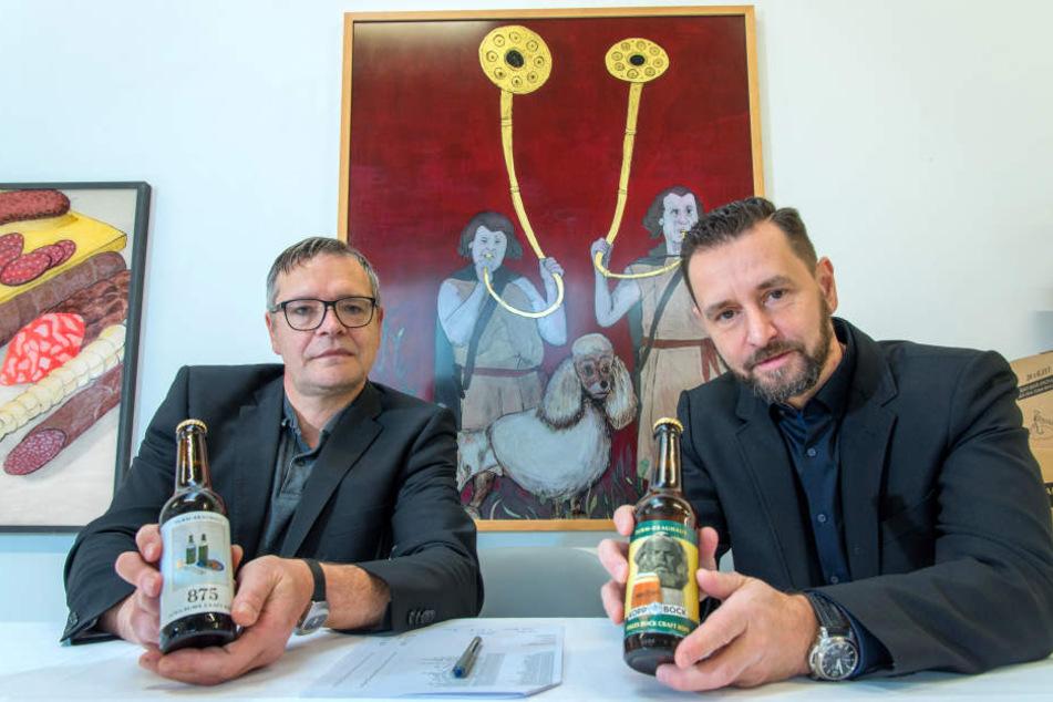 """Ein Prosit aufs Jubiläum: Künstler Jan Kummer (53) und Turmbrauhaus-Chef André Donath (52) präsentierten gestern das """"875""""er-Bier."""