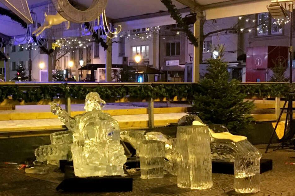 Eine zerstörte Eisskulptur liegt auf dem Boden des Weihnachtsmarktes. Die Skulptur ist am Sonntagabend eingestürzt und hat dabei ein Kleinkind so schwer verletzt, das es noch im Krankenwagen starb.