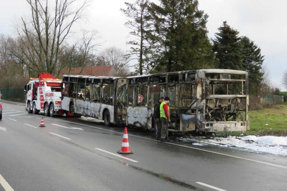 Der ausgebrannte Bus hatte auf der viel befahrenen Ratinger Straße für einen langen Stau gesorgt.
