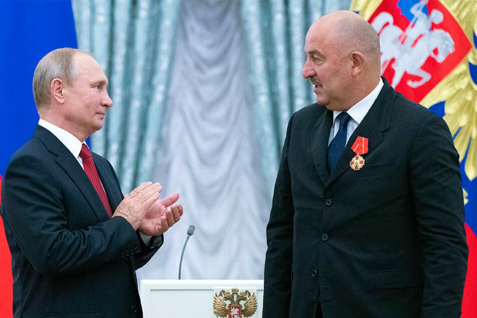 Wladimir Putin (l.) applaudiert dem russischen Fußball-Nationaltrainer Stanislaw Tschertschessow bei der Verleihung eines Verdienstorden im Kreml.