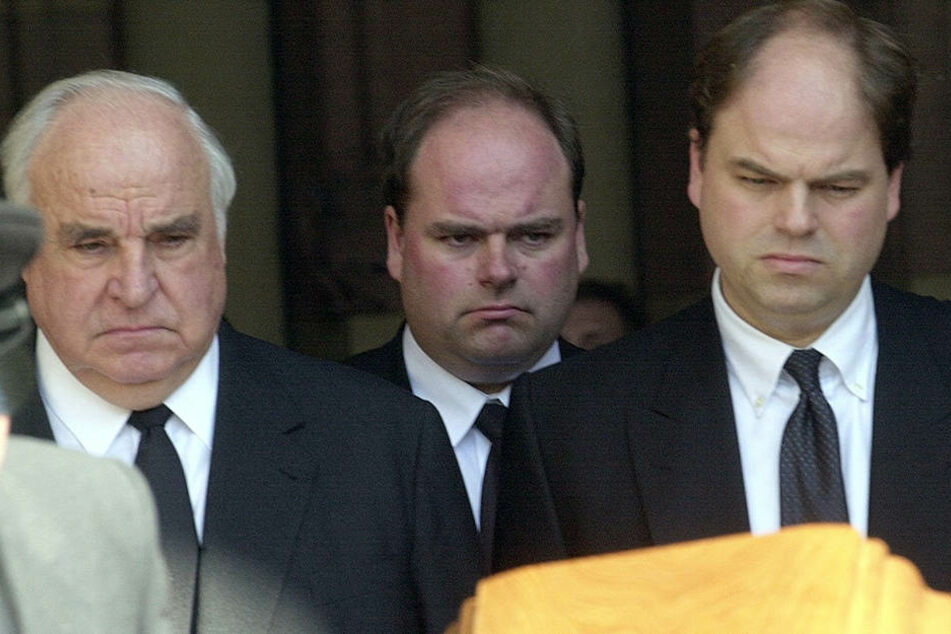 Walter Kohl (Mitte) im Juli 2001 mit Helmut Kohl (†87) bei der Trauerfeier für seine Mutter Hannelore.