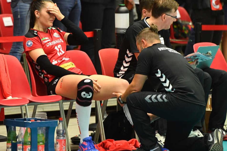 Hier war schon zu befürchten, dass sich Eva Hodanová schlimm verletzt hat. Die DSC-Spielerin sitzt mit schmerzverzerrtem Gesicht auf der Bank.