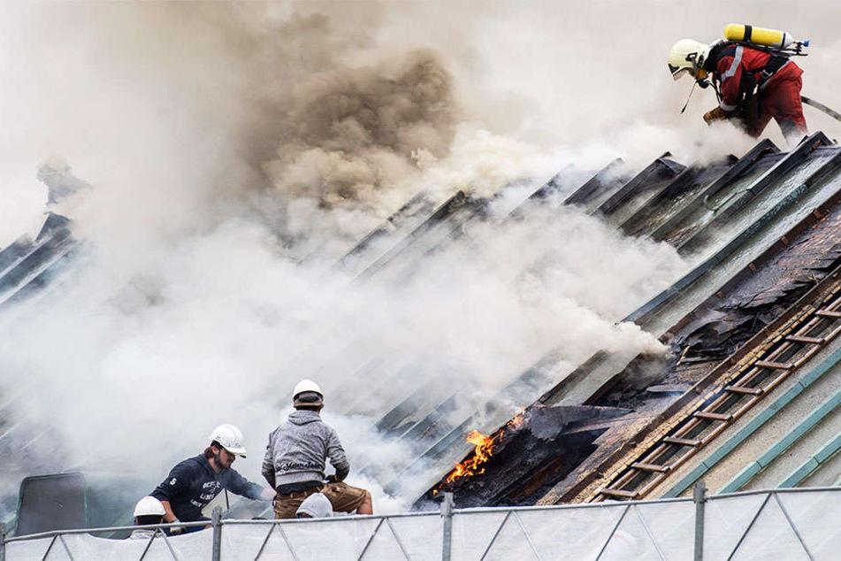 Gigantische Rauchsäule über Zürich: UBS-Bank steht in Flammen!