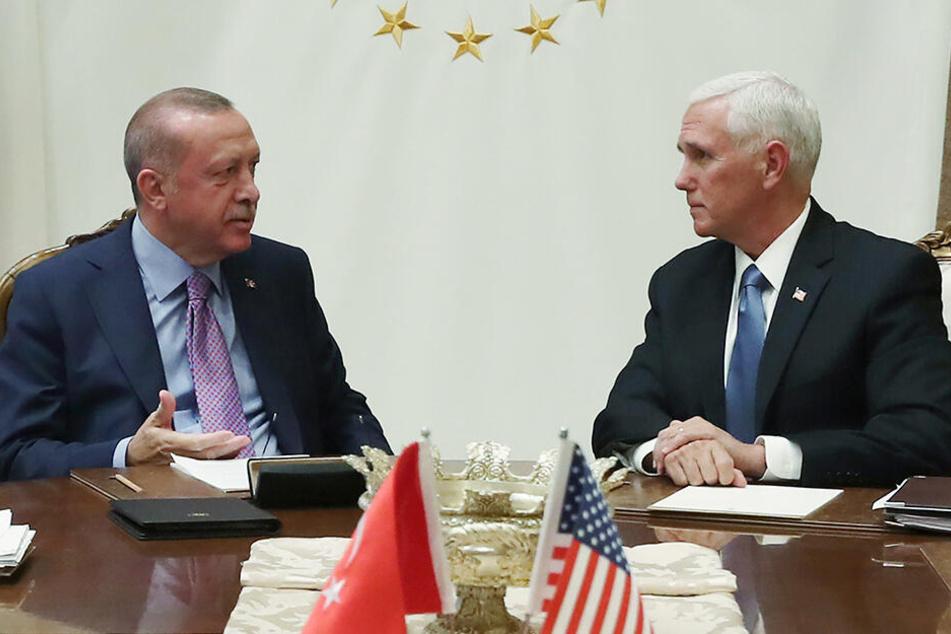 Mike Pence (r.), Vizepräsident der USA, spricht mit Recep Tayyip Erdogan, Präsident der Türkei, bei dem Treffen zur Syrien-Offensive im Präsidentenpalast.