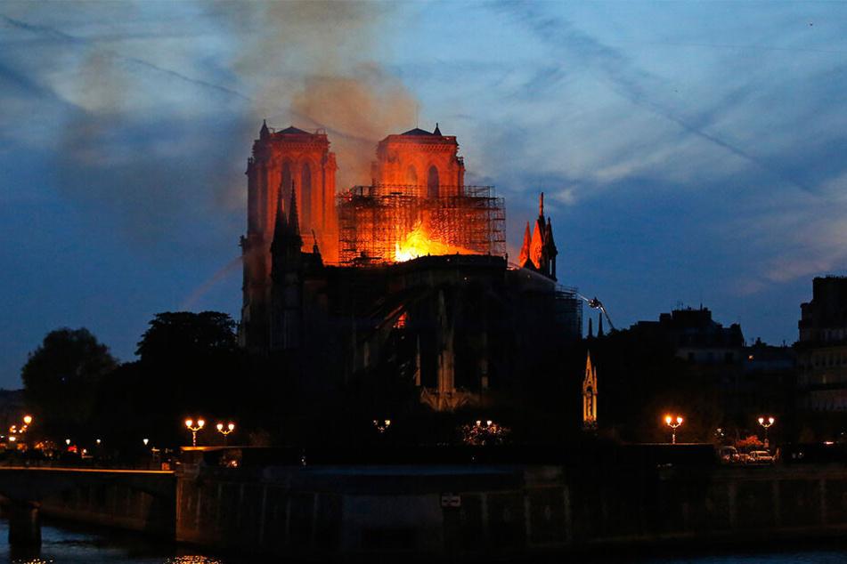 Über Stunden schlugen am Montagabend Flammen lichterloh aus dem Dachstuhl des Wahrzeichens der französischen Hauptstadt.
