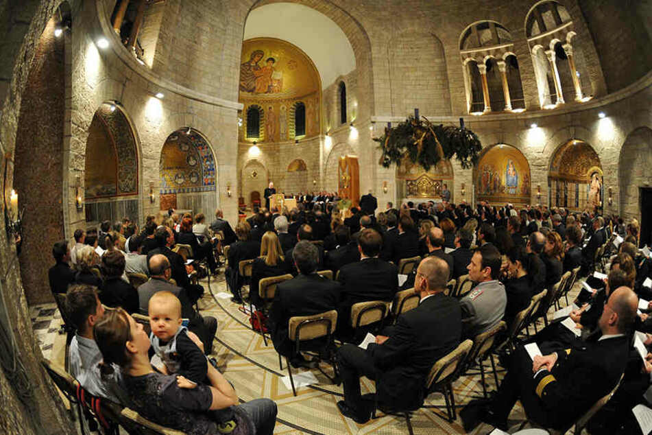 Sonntags werden in dieser Kirche deutsche Predigten abgehalten. Sie gehört zur Dormitio-Abtei in Jerusalem.