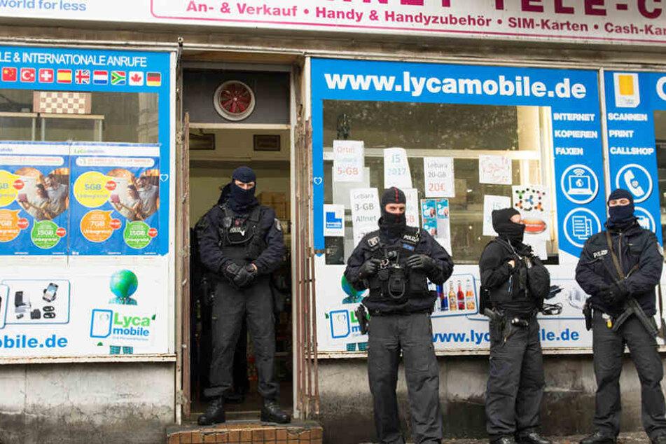 Die Spezialeinheit suchte in dem Handy- und Internetgeschäft nach Beweisen.