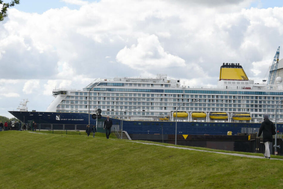 Das Kreuzfahrtschiff bahnt sich seinen Weg zwischen den Deichen.