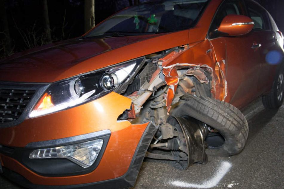 Beide Fahrzeuge wurden bei dem Unfall schwer beschädigt.