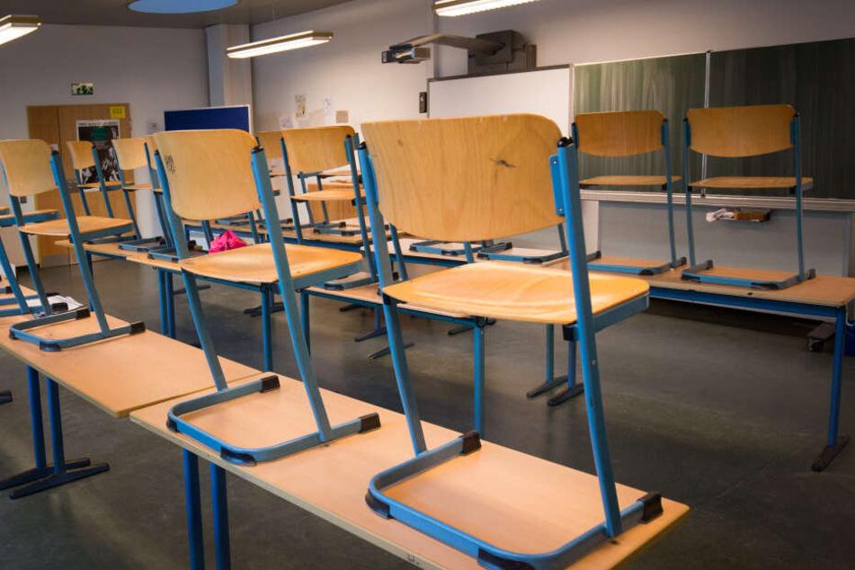 Das Klassenzimmer hätte eigentlich leer sein sollen, aber mehrere Schüler saßen darin fest. (Symbolbild)