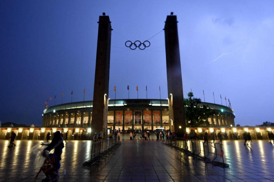 Blitze über dem Olympiastadion.