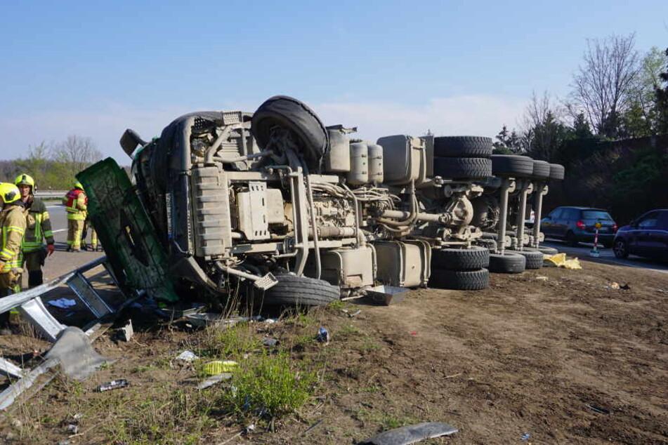 Lkw kippt plötzlich auf Autobahn um: Fahrer in Lebensgefahr