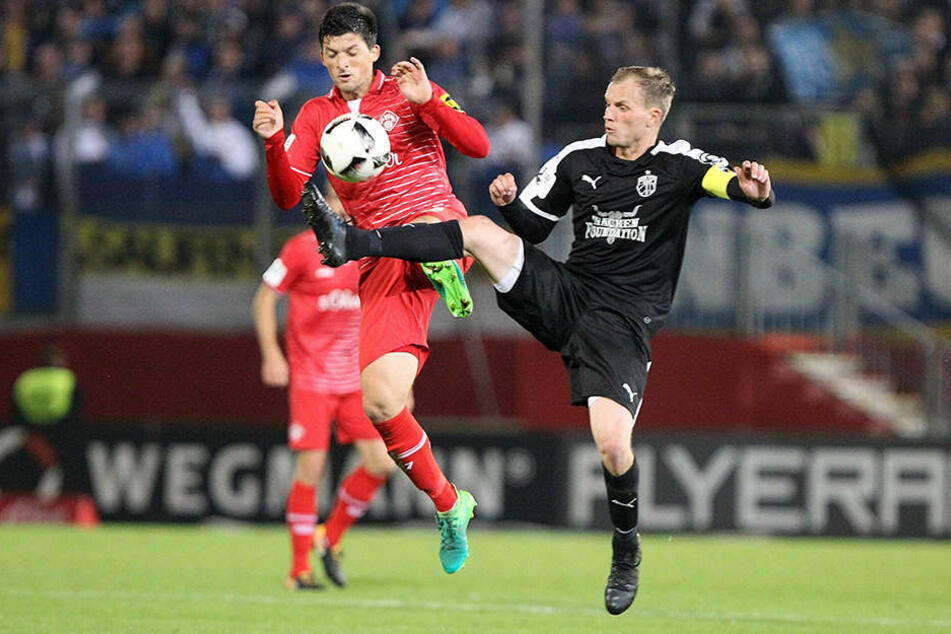 Jannis Nikolaou (FC Würzburger Kickers) und Rene Eckardt (FC Carl Zeiss Jena) am Ball.
