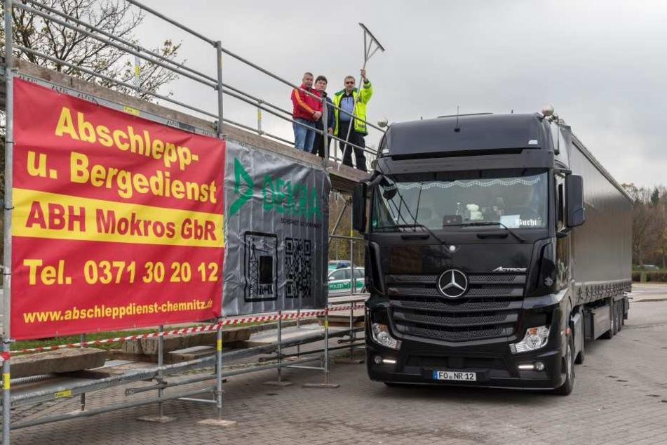 Mit Hilfe solcher Gerüste sollen Lastwagen-Dächer von Schnee und Eisplatten befreit werden.