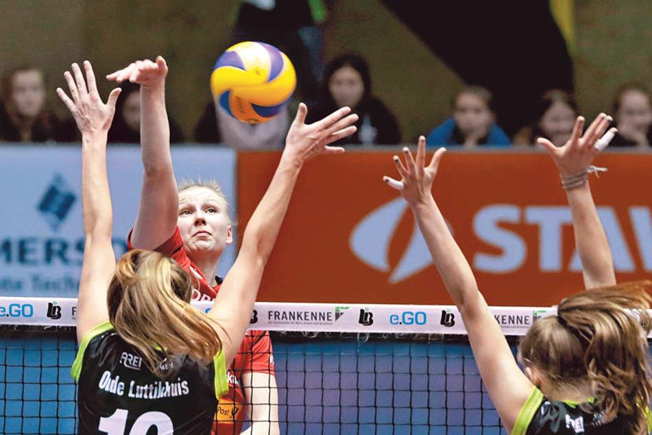 DSC-Topscorerin Piia Korhonen schlägt gegen den löchrigen Aachener Block zu.
