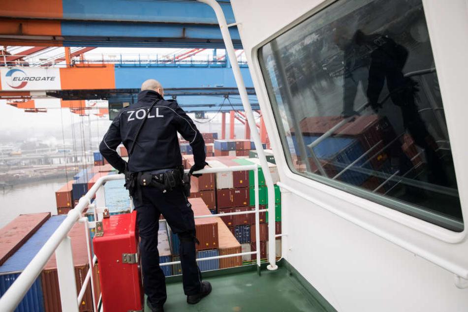 Ein Zöllner der Kontrollgruppe Köhlbrand steht im Hafen bei einer Überprüfung auf der Brücke an Bord eines Frachters. Die Beamten sind illegalen Einfuhren auf der Spur.