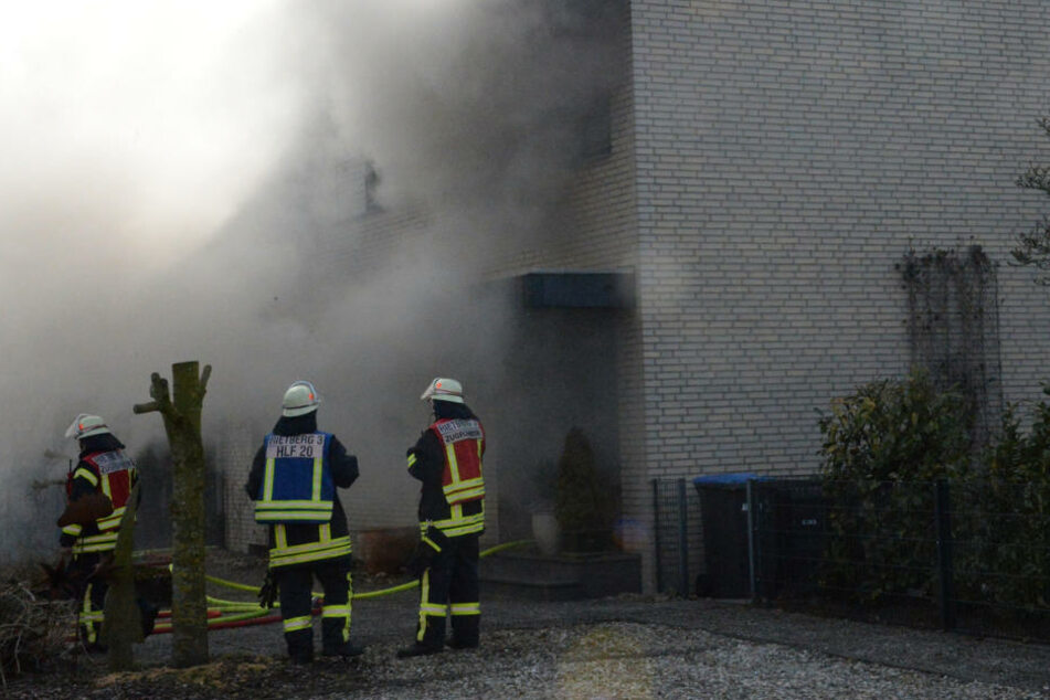 Als die Feuerwehr eintraf, stieg der Qualm aus dem Haus in die Luft.