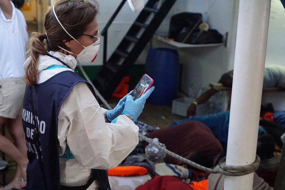 """Eine Mitarbeiterin des Gesundheitsministeriums verschafft sich einen Überblick über die Zustände an Deck der """"Open Arms""""."""