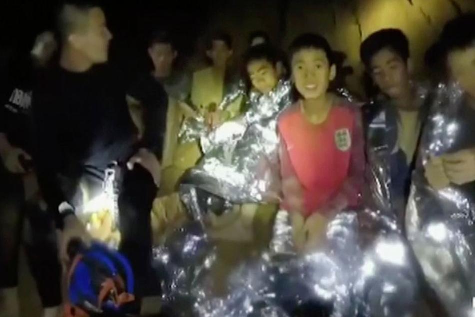 Seit über zwei Wochen haart das Fußballteam in der Höhle aus. Nach neun Tagen war es entdeckt worden. Nun läuft die Rettung.