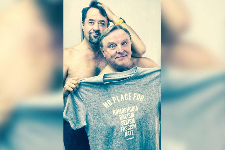 """Die Tatort-Kommissare Jan-Josef Lievers und Axel Prahl mit einem Shirt von """"Human Blood"""" - die Firma sicherte sich nun #wirsindmehr als Marke."""