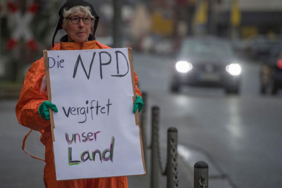 Eine Demonstrantin lässt ihrem Unmut über die Veranstaltungen freien Lauf .