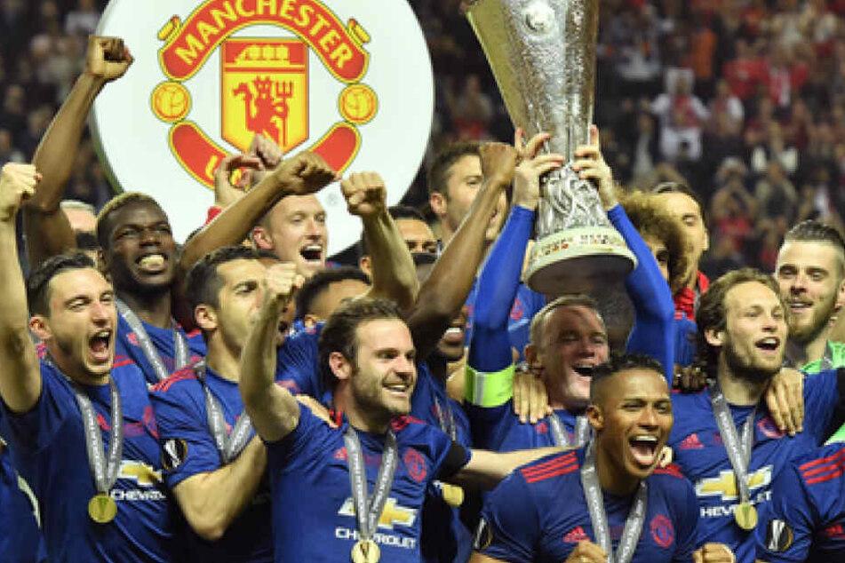 Da ist das Ding! Die United-Stars feiern ihren Triumph über Ajax Amsterdam.
