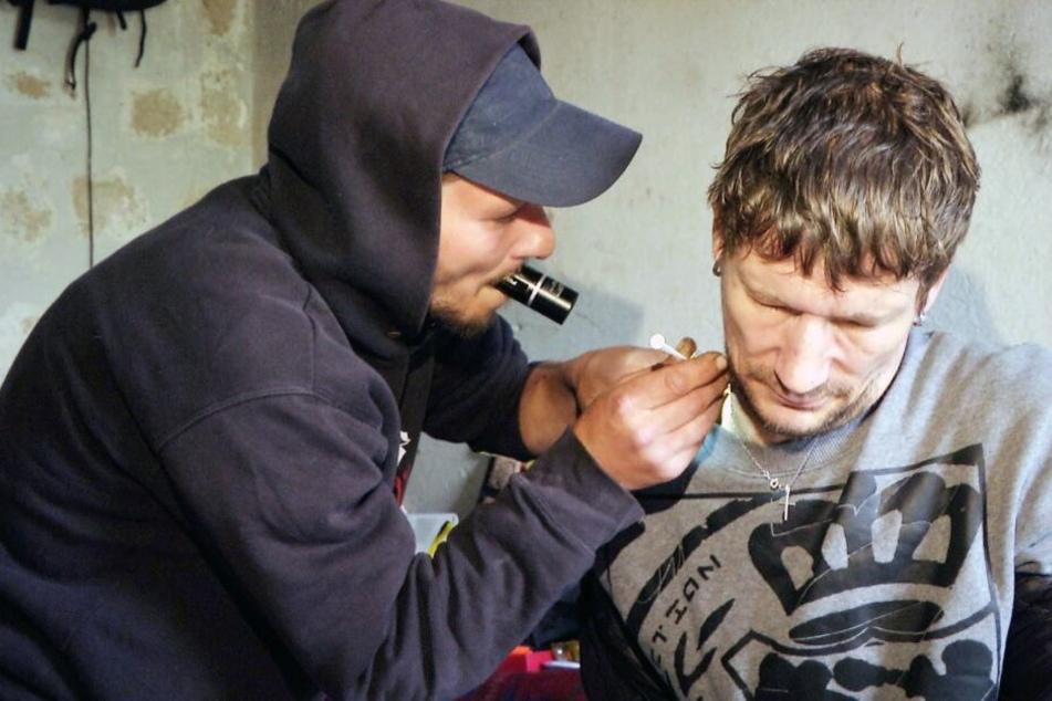 André (35, l.) hilft seinem Kumpel Enrico beim Spritzen einer illegalen Substanz. In den Hals wollte sich der 40-Jährige eigentlich nie spritzen lassen.