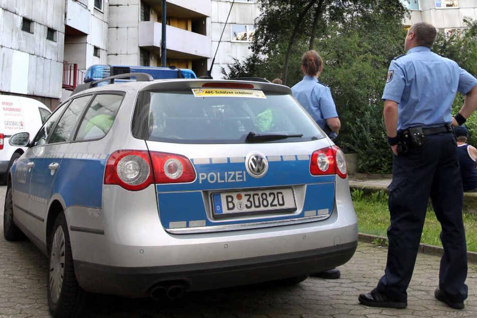 Nachbarn alarmierten die Polizei, die kurze Zeit später die leblose Frau und den mutmaßlichen Täter in der Wohnung fanden. (Symbolbild)