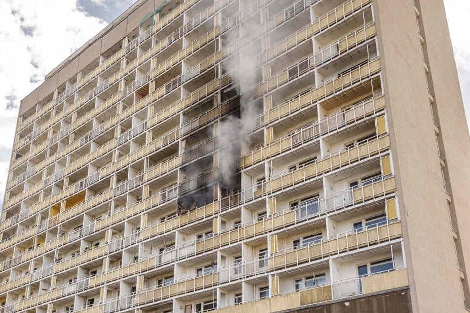 Ende Mai brannte es im DDR-Hochhaus am Pirnaischen Platz. Nun wird es geräumt.