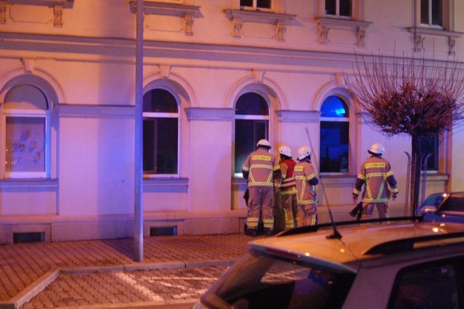 Kameraden der Feuerwehr Wurzen vor der Wohnung.