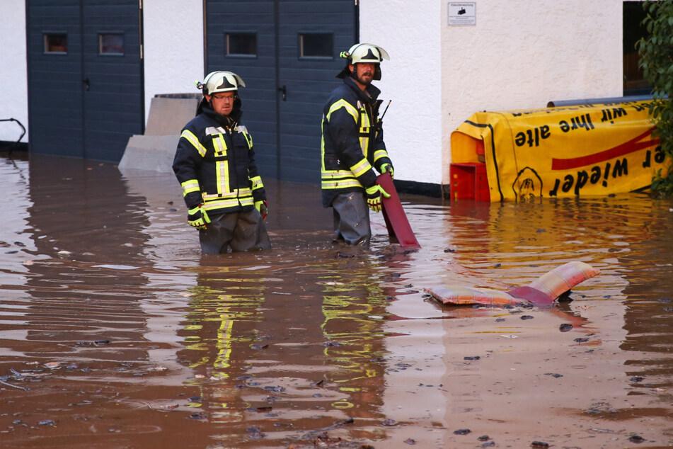 Unwetter sorgt für Chaos und Überflutungen in Thüringen: Wassermassen spülen Auto davon