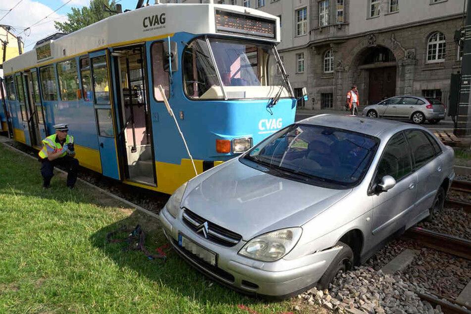 Offenbar wollte der Citroen-Fahrer über die Gleise wenden.